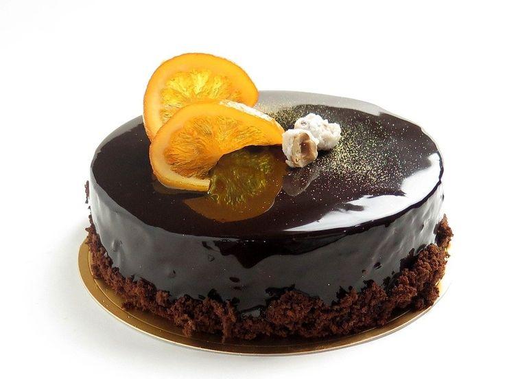 Recept på Chokladmoussetårta. Enkelt och gott. Finns det någon dessert som är så omtyckt som chokladmousse? Mousse kan även används som fyllning i tårta och det går att kombinera olika smaker. I en chokladmoussetårta kan botten gärna bestå av mörk chokladkaka.