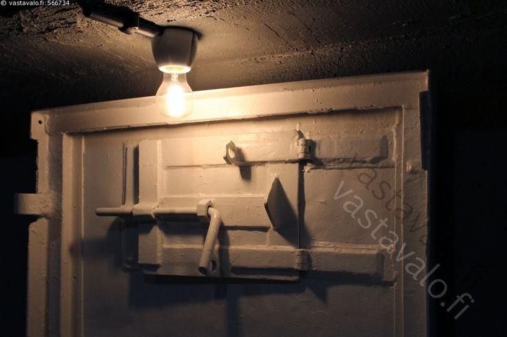 Vankityrmä - vankila putka selli tyrmä vankityrmä lukitussalpa salpa rautainen ovi rautaovi valvonta ankea karu sähkövalo hehkulamppu