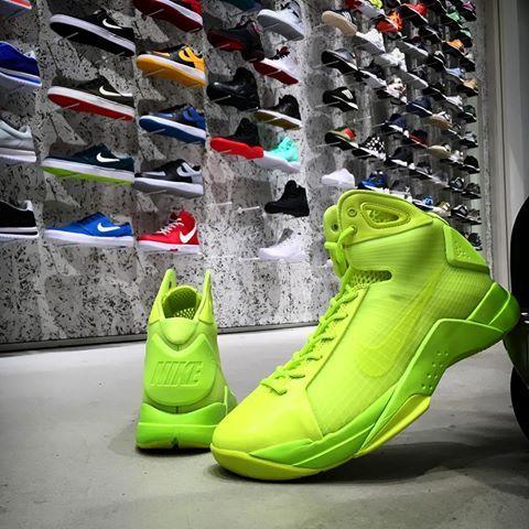 Nike Hyperdunk '08 — высокие баскетбольные кроссовки для мужчин, впервые представленные в 2008 году на Олимпийских играх в Пекине. Данная версия модели изготовлена из синтетического материала. Нити Flywire, расположенные на боковых частях, надежно фиксируют ногу внутри кроссовок. Подошва из сверхлегкого материала Lunarlon обеспечивает непревзойденную амортизацию и комфорт. #nike #hyperdunk #кроссовки #купить