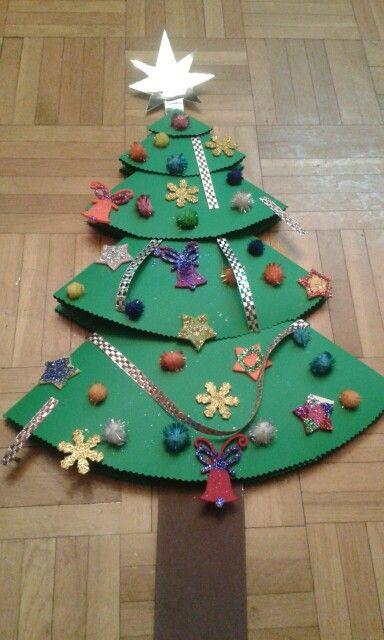 Árbol de Navidad, realizado en cartulina, los adornos son de goma eva, fieltro, cintas y pompones