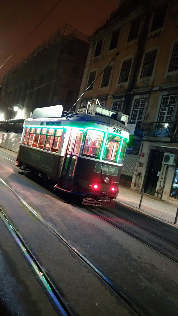 Xtmas tram singing around