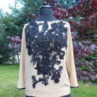 jedwabna bluzka z ręcznie naszywanymi koronkowymi elementami
