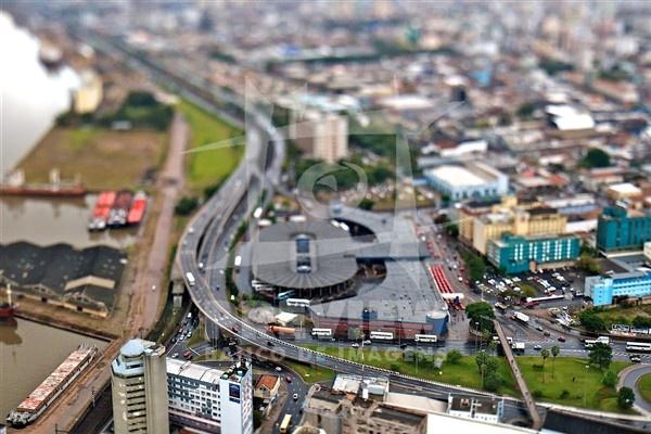 A Estação Rodoviária de Porto Alegre foi inaugurada em 28 de junho de 1970, num projeto do DAER. Recebe empresas de ônibus que fazem viagens estaduais, nacionais e internacionais. Atualmente, a empresa vem implantando novas alternativas para a venda de passagens, como a compra de bilhetes por telefone e internet. Na época, o prédio da rodoviária foi considerado o maior e mais moderno da América do Sul, tanto em estilo arquitetônico quanto no aspecto funcional. Ela se localiza na entrada da…