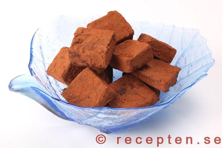 Chokladtryffel - Enkelt recept på underbar chokladtryffel som du gör på mörk choklad, grädde och ev. din favoritlikör. Ca 25 st. Mycket gott godis eller julgodis.