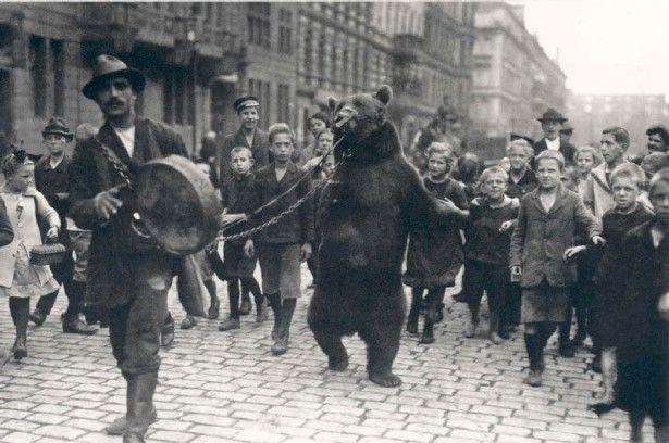 "Willy Römer (* 31. Dezember 1887 in Berlin; † 26. Oktober 1979 in West-Berlin): ""Zigeuner"" mit Tanzbär, Berlin 1927"