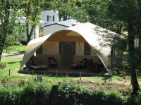 Wilt u met de hele familie het echte kampeergevoel van een bungalowtent combineren met het comfort van een stacaravan? Maak dan kennis met onze ca. 50 m2 grote lodgetent. Sinds 2012 bieden wij dit fraaie type accommodatie op een aantal door ons geselecteerde Rent-a-Tent- en Tentsetters-campings in Frankrijk en Slovenië aan.