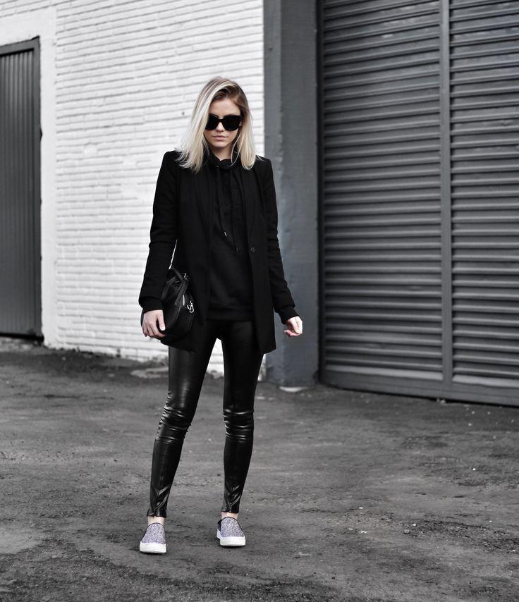 Calça preta (modelo diferente) o vans cinza e uma blusa/ camisa preta toda de preto SEM MEDO DE USAR PRETO