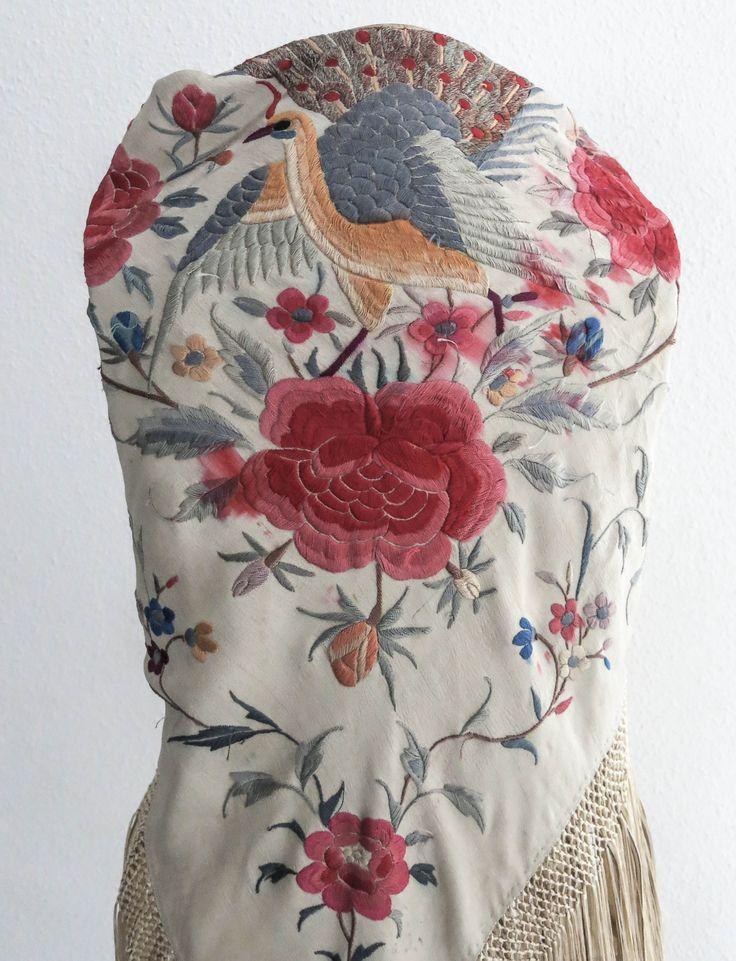 Mantoncillo antiguo en beige bordado con flores y pájaros de colores,,,,,,,,,,,,,,,,http://www.pinterest.com/pluengolinares/ol%C3%A9-ol%C3%A9-y-ol%C3%A9/