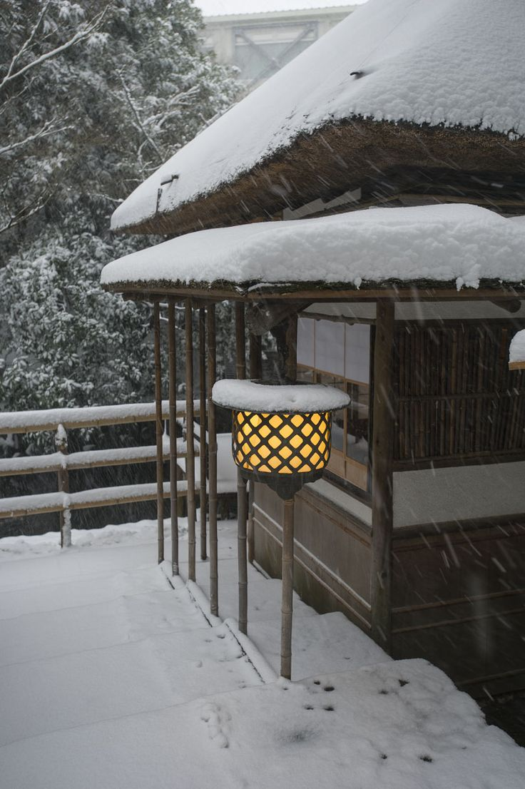 Chinzanso Japanese Garden in Snow, Tokyo, Japan  椿山荘