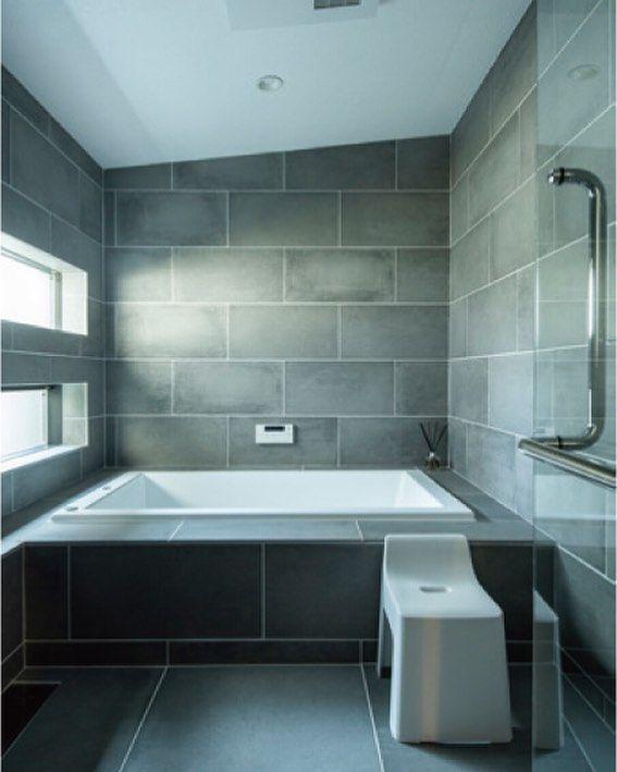 Tau設計工房一級建築士事務所 自然素材の家 注文住宅はinstagramを利用しています 造作のお風呂です 壁も床も グレーの大判タイルを貼っています シックな雰囲気で カッコいいですね 浴槽は ジャクソン シャワーヘッドは グローエ 造作お風呂は こ