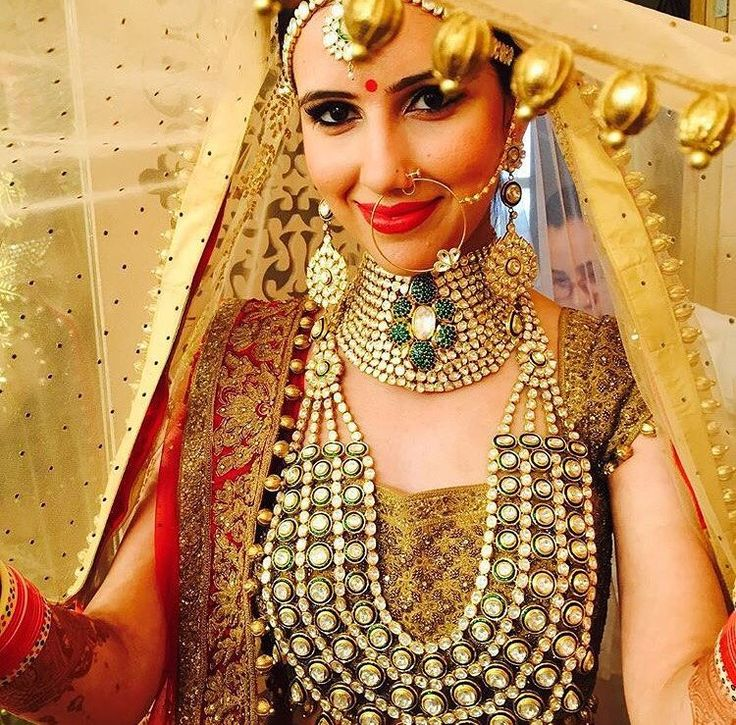 We couldn't stop staring at the #jewelry this #bride is wearing. #kundan #diamond #indianwedding #bridal #shaadibazaar #wedding #indianwedding