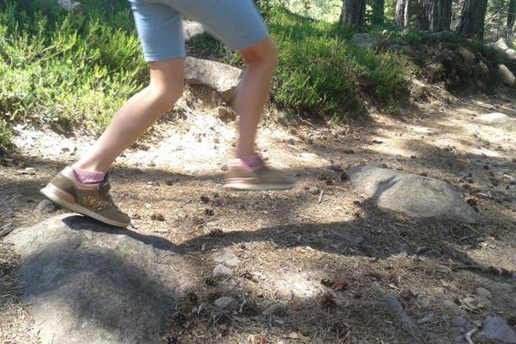 Kinder leicht Wandern: beim wandern spielen wir, ich darf nur auf Steinen laufen