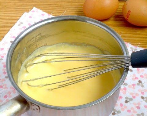 banketbakkersroom Ingrediënten voor ongeveer een halve liter 3 eidooiers 250 ml volle melk 1 tl vanille extract 50 gram suiker 25 gram bloem Bereidingswijze Klop de eidooiers met de bloem en een scheutje melk tot een gladde massa. Kook in de tussentijd de melk op met de suiker en het vanille extract. Je kan ook een vanille stokje toevoegen. Snij hem eerst even op zodat het merg in de melk verdwijnt. Giet de hete melk al roerend, beetje bij beetje bij de eidooiers. Blijf kloppen, anders…