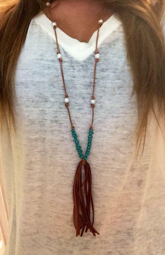 Cuero y perlas borla collar con acento turquesa por DeepDownDixie