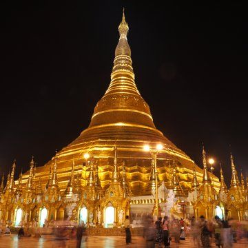In the evening walk of #Rangoon, you can not forget to visit the breathtaking golden Padoga #Shwedagon. The beauty of this padoga is unbelievable. We are always fascinated by the architectural abilities of our ancestors. #Myanmar