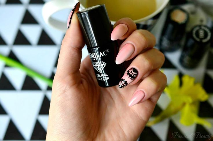 Once again beautiful manicure by Marta We love lace patterns on nails ♥ In the photo: Semilac 055 Peach Milk, Semilac 032 Biscuit, Semilac 031 Black Diamond