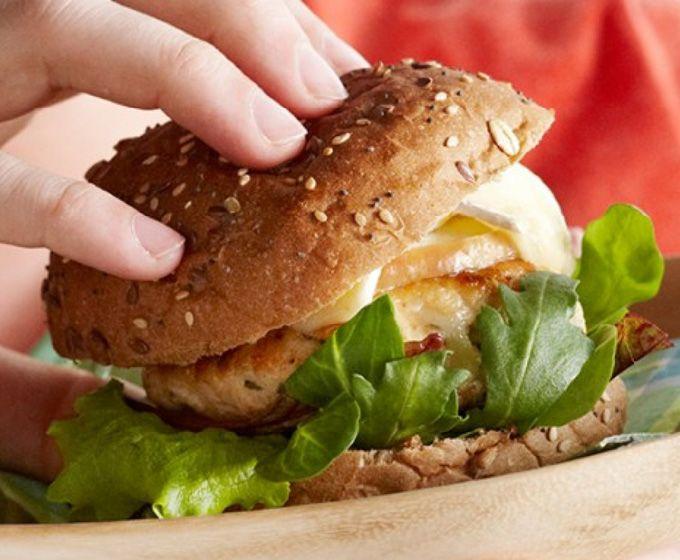 Kipburger met gebakken appel en brie | Deen Supermarkten