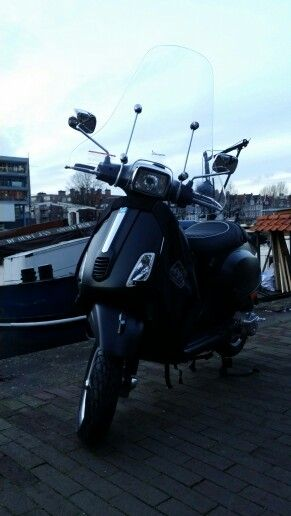 Vespa S met windscherm, beenkleed van Tucano Urbano en stuurslot. Bij scooterking. www.scooterking.eu