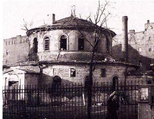 Synagoga, wybudowana w 1836 r. według klasycystycznego projektu Józefa G. Lessla – w chwili budowy była jedną z 6 synagog w Europie zbudowanych na planie rotundy. W czasie II wojny światowej zamieniona przez Niemców w odwszalnię, została następnie spalona, a po wejściu wojsk radzieckich, w jej ruinach zorganizowano szpital polowy. Budynek zabezpieczono w 1945 i wpisano go do rejestru zabytków. Pozostałości synagogi zburzono w 1961 r. Fotografia, datowana na 1953 r.