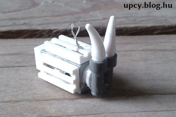 LEGO goat pendant tutorial on the Inspiredbrick. LEGO kecske medál, pár perc alatt elkészíthető, az ötlet az Inspiredbrick-ről származik.