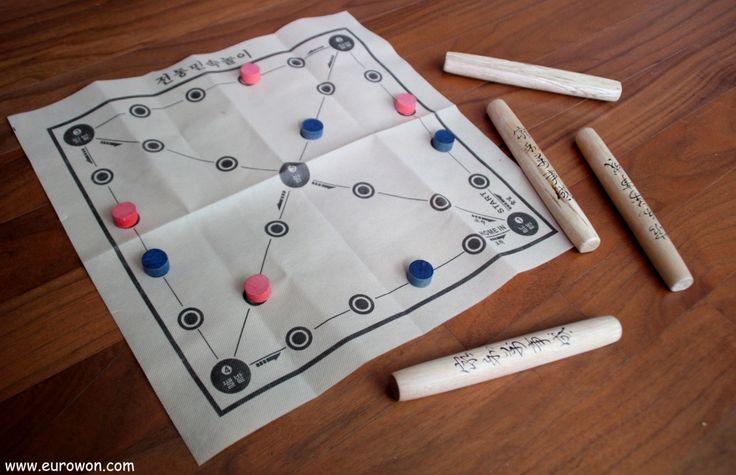 El yutnori es un juego tradicional coreano que se juega en familia y se asocia a la festividad de Seollal o año nuevo lunar.