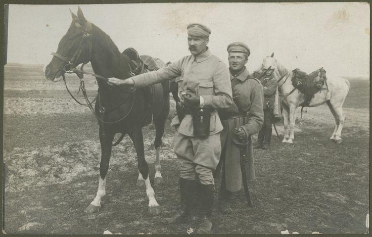 Piłsudski z klaczą Kasztanką, obok ordynans Tomasz Szymkiewicz, 1915, nad rz. Nidą