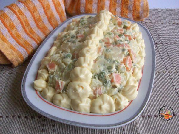 L'insalata russa è un po' noiosa da preparare ma vi svelo un trucchetto per prepararla in men che non si dica ..... leggete la ricetta e lo scoprirete!