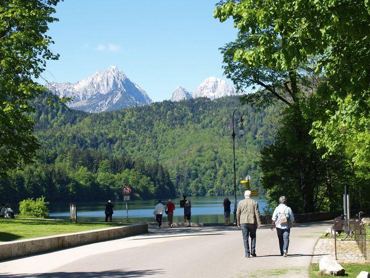 Der Alpsee - einer der schönsten und saubersten Seen Deutschlands - befindet sich im Gemeindegebiet von Schwangau, unweit von Füssen im Allgäu.  http://www.hotel-fuessen.de/de/blog/der-alpsee-bei-fuessen.html