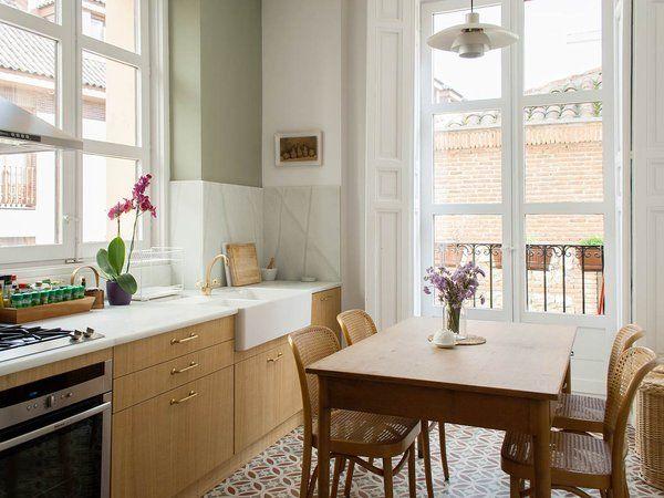 un piso reformado en el madrid de los austrias zona de comedor con sillas de mimbre