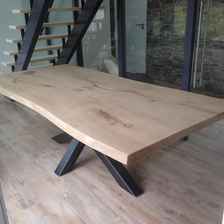 """Robuust en stoere eiken boomstamtafel metasymmetrische X onderstel Een modern en robuust design kantoortafel / eetkamertafel met een boomstam tafelblad. In de randen van het tafelblad zijn de natuurlijke vormen van de stam te herkennen. De tafel heeft een industrieel design ijzeren """"X"""" tafelpoot. Dit geeft deze boomstam tafel een unieke en moderne uitstraling. Deze …"""