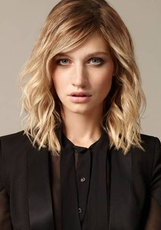 Lange galten schulterlange Haare als Übergangsfrisur. Völlig überholt, denn mittellang ist angesagter denn je. Wir zeigen tolle Frisuren für mittellange ...