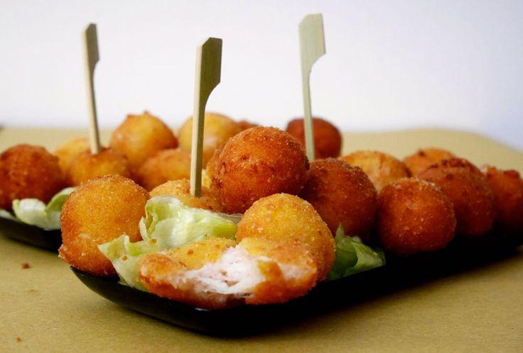 Le polpettine di prosciutto e formaggio sono un ottimo piatto da riciclo per quando si hanno residui di salumi e formaggi in casa. Sono semplicissime e vel