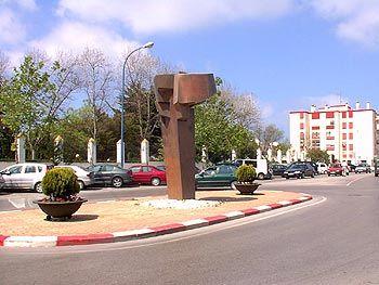 Esta obra está situada en la calle Gral. García de la Herrán, en la confluencia con Arenal.  No tenemos datos de a qué o qué es ni quién es su autor. San Fernando