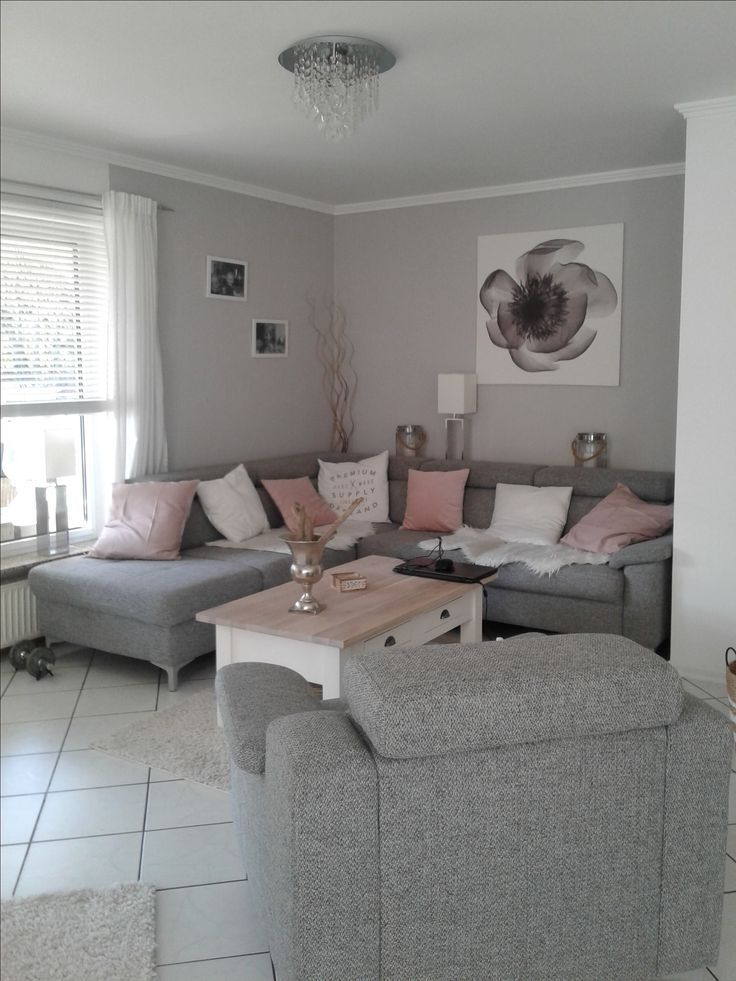 Living room in gray-white and splashes of dull pink