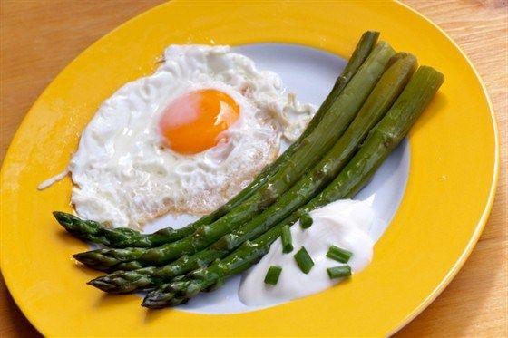 Запеченные яйца со спаржей