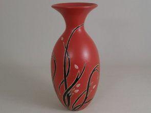 """DecoArt24.pl Wazon ceramiczny 17x37cm -Wazon ceramiczny o nieszablonowym kształcie i ciekawym wzornictwie. Czerwone tło przyozdobione zostało czarnymi """"pnączami"""", z nutą subtelnego różu. Przeznaczony jest zarówno na sztuczne jak i na świeże kwiaty. Filcowa podkładka, która została umieszczona na spodzie, chroni powierzchnię przed zarysowaniem oraz zapewnia stabilność wazonu. #DecoArt24.pl #sophisticated #wspaniale #exquisite"""