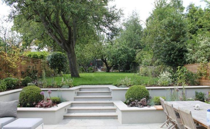 terrassierter Garten zum Teil mit Betonplatten belegt
