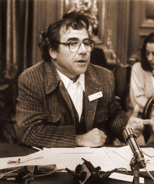 Бодрийяр - считающийся одним из самых известных представителей философии постмодернизма - родился 20 июня 1929 года во французском городе Реймс. Получив степень доктора философии, он в течении нескольких десятков лет преподавал в Нантеррском университете в Париже.<br>В 1968 году Бодрийяр публикуе..