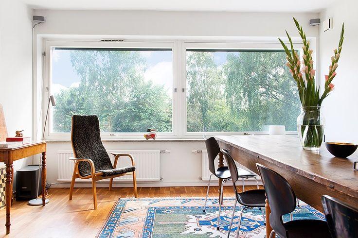Har: Jockes matbord, våra stolar, randiga mattan , Att köpa: En fåtölj by the window, pianot här ? Alt göra som de ett litet bord  där man kan ställa saker