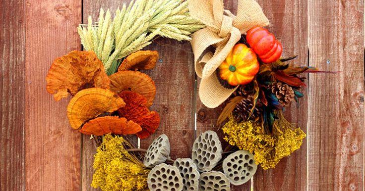 Como fazer uma guirlanda com elementos de outono. As cores e texturas do outono acrescentam um calor natural à decoração da estação. Esta guirlanda de outono é fácil de fazer e conta com uma mistura de elementos florais secos e artificiais que se misturam belissimamente para capturar a riqueza de uma colheita de outono. Mas tudo que você terá que fazer é colher os elogios.