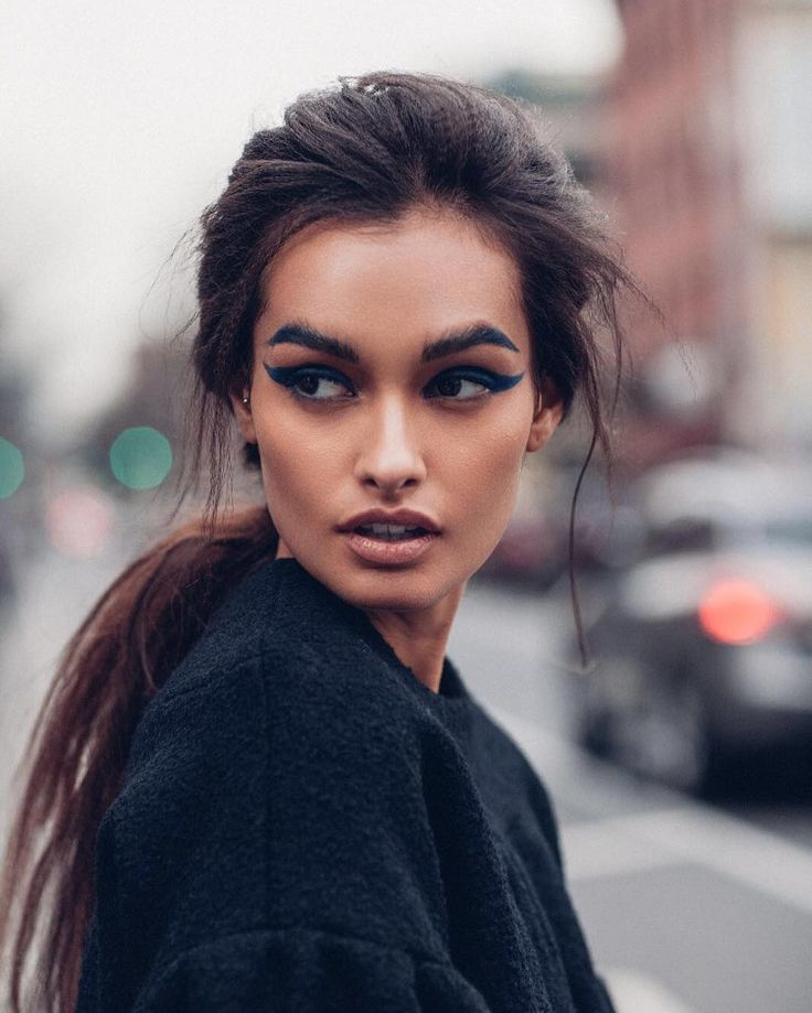 Bold wing + brow.