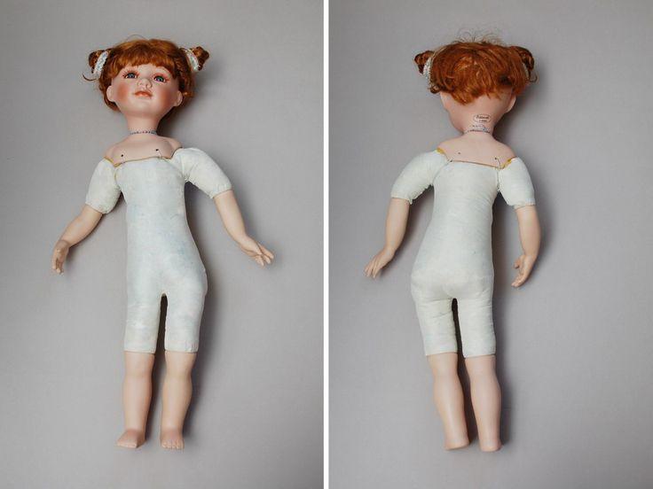 Как только я ее раздела я поняла, почему она так криво стояла. Как будто на одну сторону. Так как это многотиражная китайская кукла, она сделана стандартно, акриловые глаза, синтетические волосы, кривое тело и все материалы низкого качества. Но как показывают многие мои переделанные фарфоровые куклы это не приговор. Из такой многотиражки можно сделать вполне красивую коллекционную куклу. Итак, фотографии тела, комментарии не требуются.