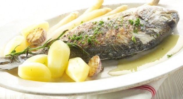 Patate al rosmarino, orata alla griglia e asparagi