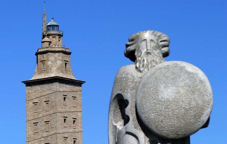 La Torre de Hércules junto a la estatua de Breogán, padre del pueblo galaico.