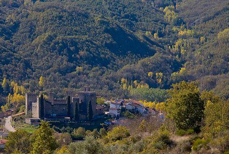 Otra bonita vista de Montamayor del Río, destacando su castillo. El Otoño es una época ideal para visitarlo por el despliegue de colores que nos dan sus bosques, en verano escaparás del calor en estas sierras y valles, un plan muy recomendable.