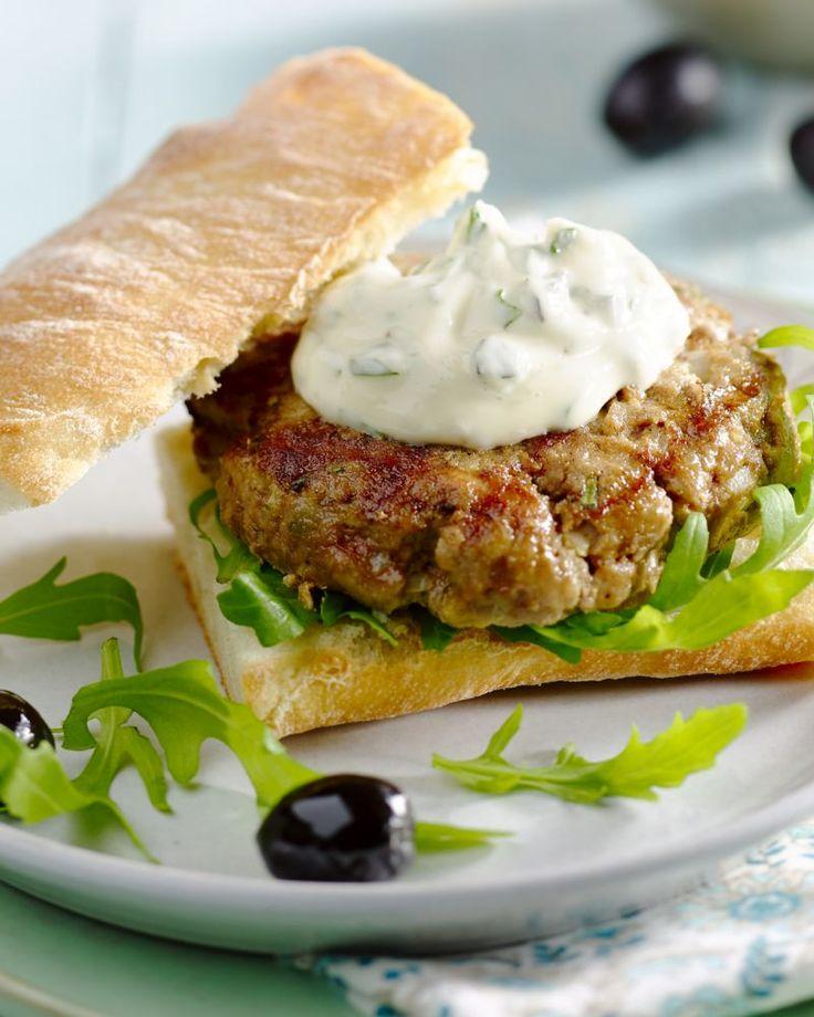 Geef je hamburger een Italiaanse twist, met allerlei typische producten, zoals ciabattabroodjes, basilicum, rucola, olijven… Een zomerse topburger!