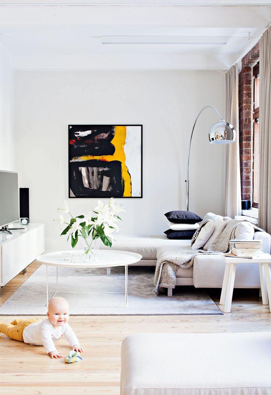 Vaaleat värit sekä suuri, pyöreä pöytä pehmentävät suoralinjaista olohuonetta. B&B Italian FatFat-pöytä on Skannosta. Suuri taulu toimii katseenvangitsijana. Pauliinan isä, Henry Dravantti, on maalannut taulun Pauliinan ja Tuomaksen pyynnöstä heidän uuteen kotiinsa.