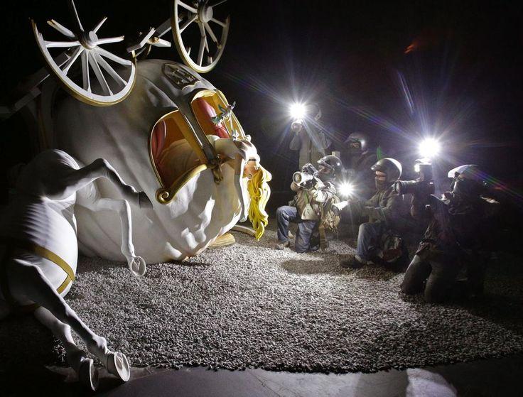 Cette œuvre de Banksy, a suscité un vif débat dès sa présentation, car elle semble faire référence à la mort de la princesse Diana. Elle présente le cadavre d'une princesse dépassant d'un carrosse renversé, et éclairé par les flashs des paparazzis qui l'entourent.