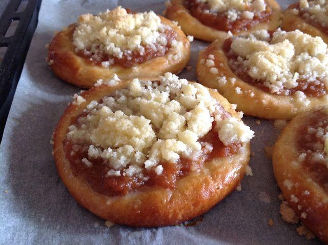 Yeast cakes with apple / Kynuté koláče