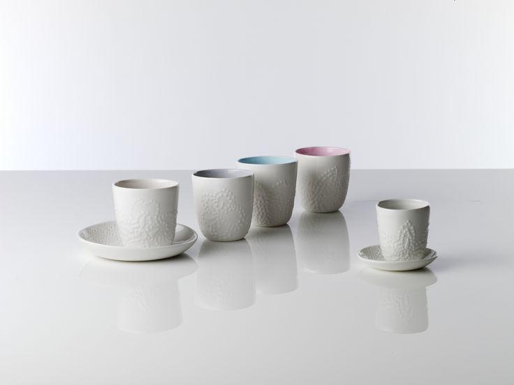 Al deze porseleinen items zijn in twee kleuren gegoten. De rijstkommen en koffiebekers hebben een delicate bloemstructuur aan de buitenkant en de binnenkant kan een kleur hebben.